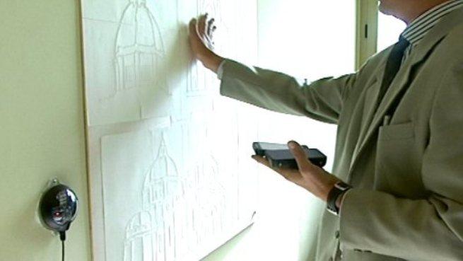 In questa immagine una persona non vedente utilizza dispositivi di ausilio per visitare il museo.