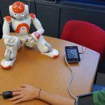In questa foto si vede il robot umanoide NAO che fornisce le istruzioni per fare misurazioni di parametri medici.