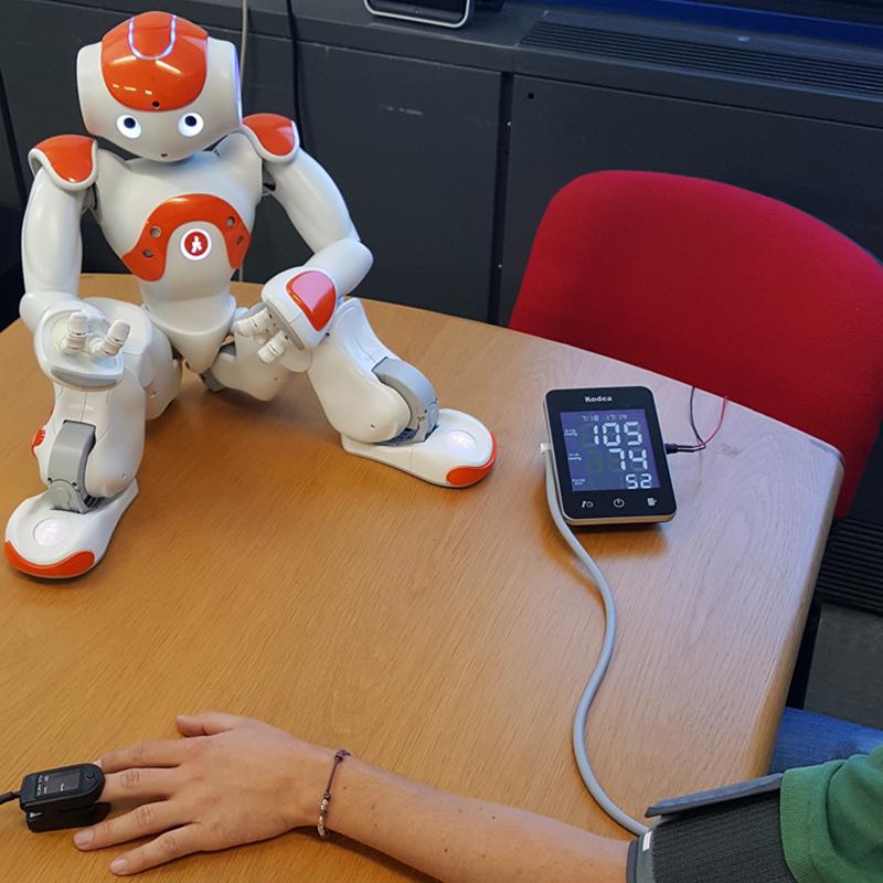 In questa foto si vede il robot umanoide NAO che fornisce le istruzioni per fare misurazioni di parametri medici
