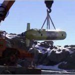 Il robot sottomarino SARA viene sollevato dalla gru per essere messo in acqua in antartide.