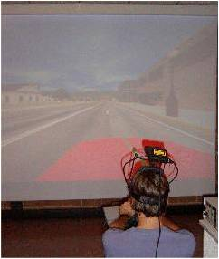 In questa foto si vede un utente mentre indossa il dispositivo per la determinazione dei movimenti oculari