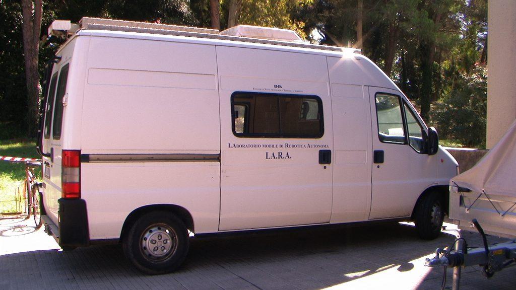 In questa foto si vede il veicolo fiat Ducato allestito come Laboratorio Mobile.